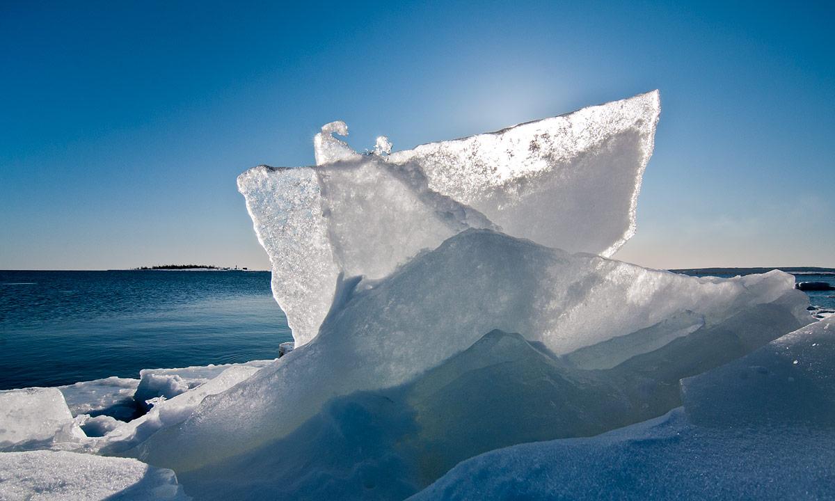 Dünne Eisscheiben an der Eiskante