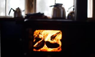 Das Feuer im Ofen brennt