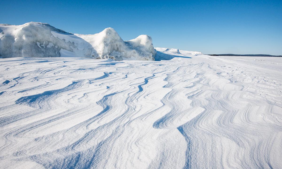Der Wind hat Wellen in den Schnee geschrieben