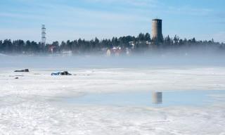 Zwei Eisfischer –im Hintergrund der alte Wasserturm