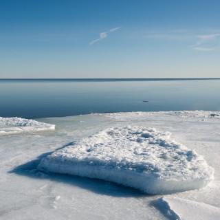 Eine festgefrorene Eisscholle im Uferbereich