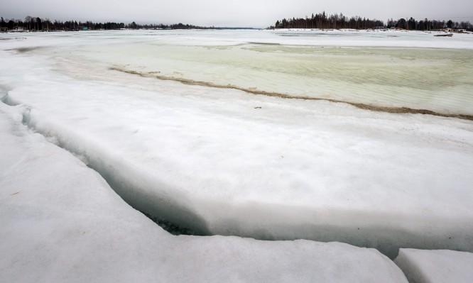 Spalten durchziehen das Eis