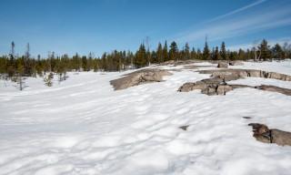 Um die Felsen herum liegt noch viel Schnee