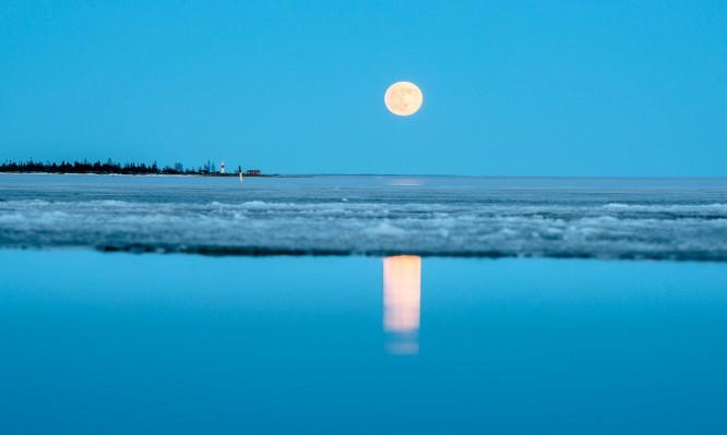 Der Vollmond spiegelt sich in der Bucht