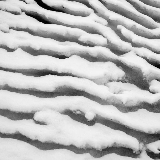 Neu- und Altschnee am Straßenrand