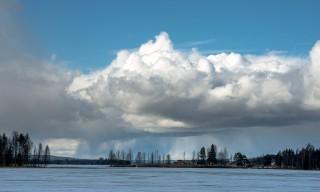 Aprilwetter –Regenschauer über dem Göksjön