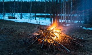 Funken sprühen aus dem Maifeuer