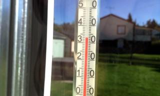 Meteorologisch unkorrekt: Thermometer in der Sonne