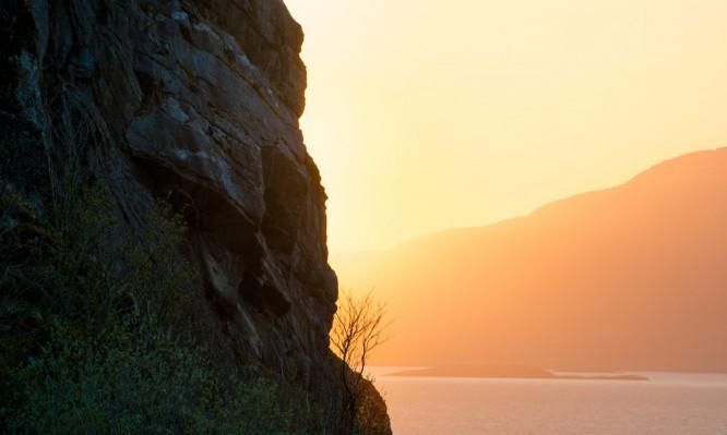 Die tiefe Sonne taucht alles in goldoranges Licht