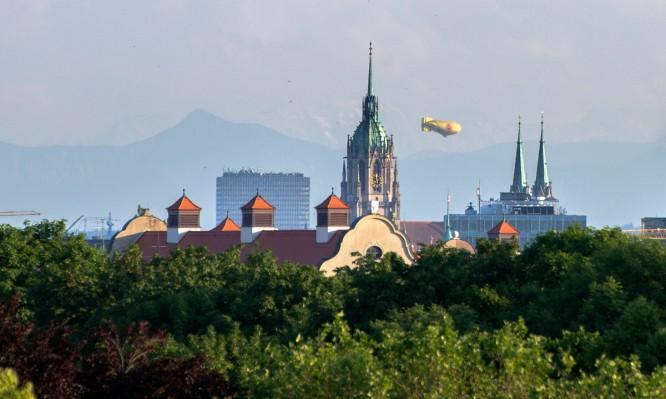 Ein Luftschiff zwischen den Türmen der Sankt-Paul-Kirche