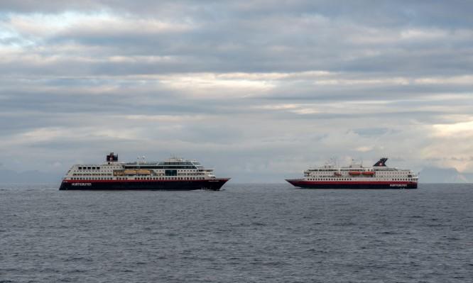Hurtigrutenschiffe vor Kabelvåg