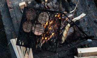 Hamburger und Stockbrot über dem Feuer