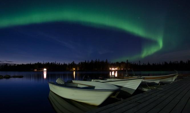 Polarlicht über dem Bootsanleger