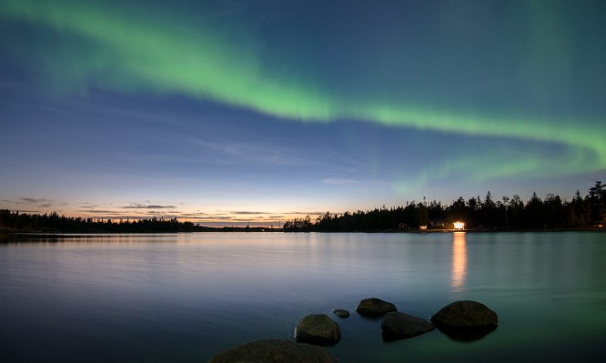 Nordlicht am Dämmerungshimmel