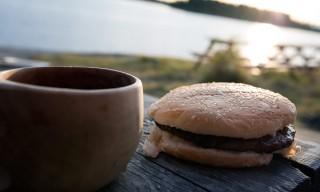 Wasser und frischer Hamburger