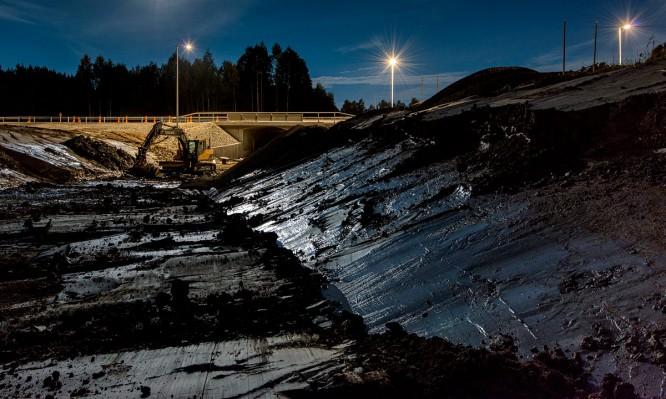 Baustelle bei Nacht –der Ton glitzert im Mondschein