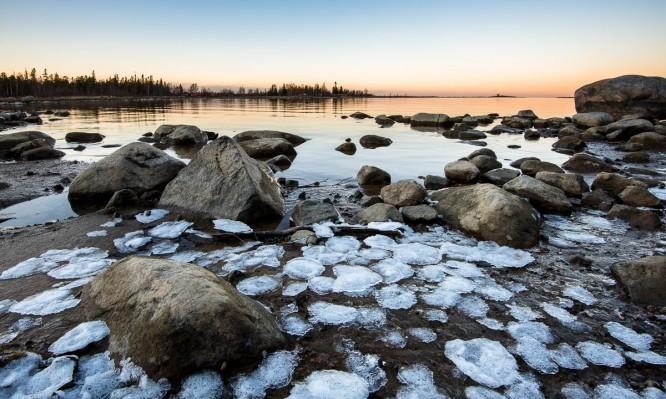 Die ersten Eisfladen am Ufer