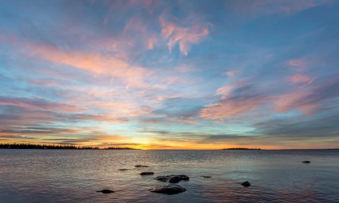 Rosa Wölkchen vor Sonnenaufgang