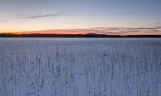 Abenddämmerung am eisbedeckten See