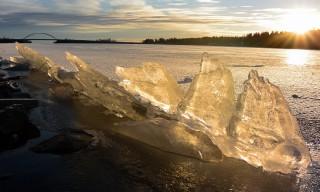 Eis im warmen Sonnenlicht