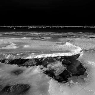 Dünne Eisscholle am Bootshafen