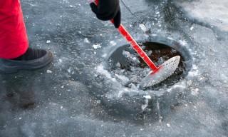 Das Eisloch wird vom Eis befreit