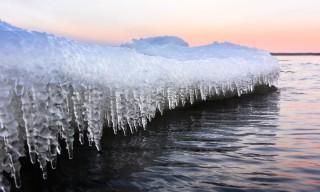 Eiszapfen unter der Eiskante