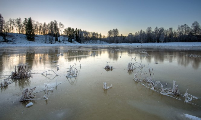 Gefrorener Schmelzwasserteich