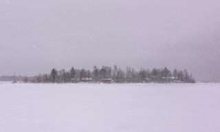 Schneeschauer vor der Insel Brambärsgrundet