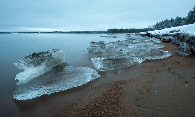 Meerumspültes Eis von der Abbruchkante