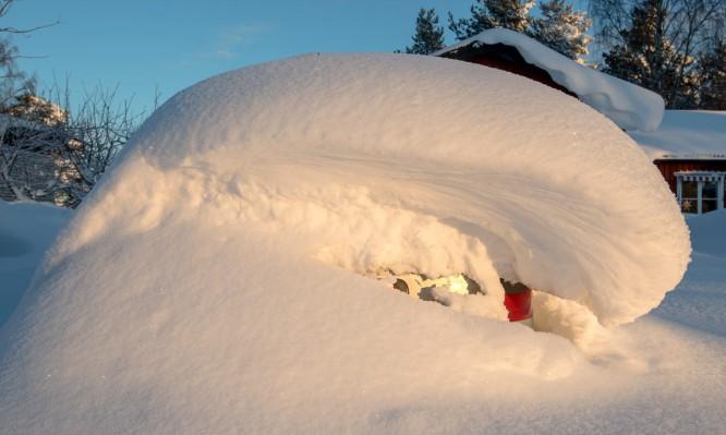 Eingeschneites Auto in Bureå