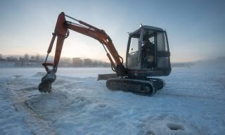 Mit dem Bagger auf dem Eis