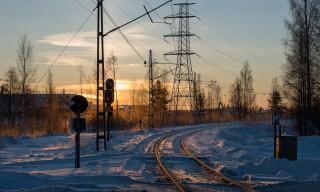 Bahnschienen und Stromleitungen führen nach Rönnskär