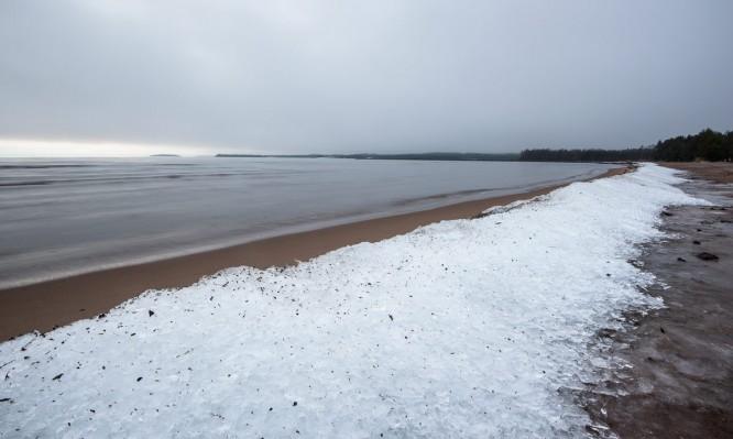 Zertrümmertes Eis am Strand