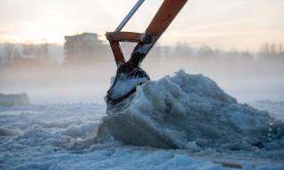 Eis wird aus dem Wasser gehoben