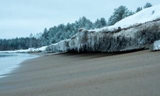 Eiskante am Strand von Byske
