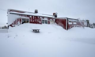 Schneewehen vor der Hütte