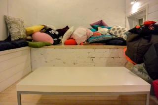 Weil noch Platz ist: Unsere Kissenecke im Büro