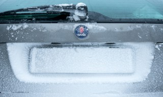 Schnee klebt auf dem Saab