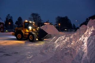 Ein Bagger räumt Schnee