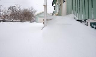 Schneeverwehungen auf der Treppe