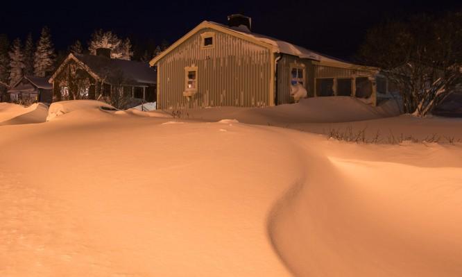 Mein Haus hinter Schneewehen