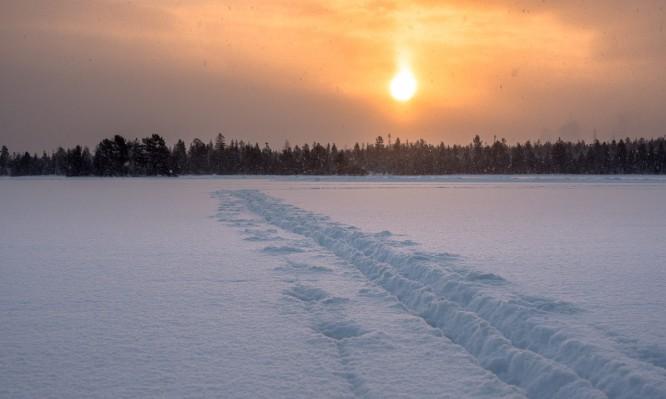 Schnee und Sonne über dem Snesviken