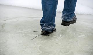 Am Rand ist das Eis überflutet