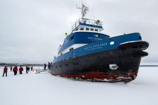 Die Passagiere betreten das Eis
