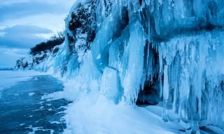 Fast der ganze Fels ist mit Eiszapfen bedeckt