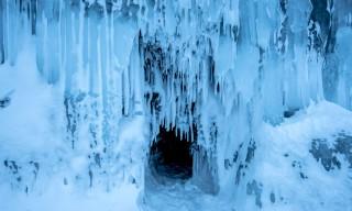 Eine kleine Höhle –von Eiszapfen umgeben