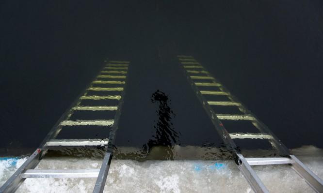 Zwei Leitern ragen in die Tiefe