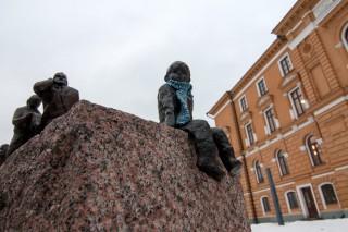 Oulu: Skulpturen am Rathaus