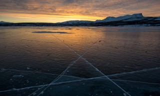 Sonnenaufgang über dem zugefrorenen Torneträsk